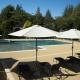 Grande piscine sécurisée à l'éco camping en Occitanie