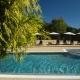 Solarium de la piscine du camping en Occitanie