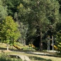Blick auf den sicheren Kinderspielplatz auf dem Öko-Campingplatz in Okzitanien, Frankreich