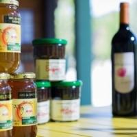 Lokaler Honig an der Rezeption des Naturcampingplatzes in Ariege, Okzitanien, Frankreich