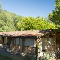 Sanitäre Einrichtungen im Herzen der Natur auf dem Öko-Campingplatz in Okzitanien, Frankreich