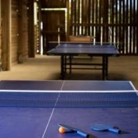 Spiele und Tischtennisplatte auf dem Campingplatz in Ariege, Midi-Pyrenees, Frankreich
