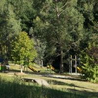 Vue de l'aire de jeux sécurisée pour les enfants au camping vert en Occitanie