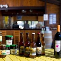 Verkoop van wijn en streekprodukten op de camping in Ariège, Occitanië