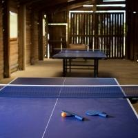 Ontmoetingsplek met ping-pong op camping in Ariège, Zuid-Frankrijk
