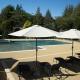 Großer, sicherer Swimmingpool auf dem Öko-Campingplatz in Okzitanien