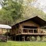 Glamping zelt lodge vermietung safari woodlodge xl luxus frankreich midi pyrenees okzitanien ariege fruhstuck im freien