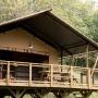Glamping zelt lodge vermietung safari woodlodge xl luxus frankreich midi pyrenees okzitanien ariege uberdachte terrasse